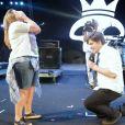 """Repórter do """"CQC"""" Lucas Salles pede namorada em casamento no palco do Capital Inicial"""