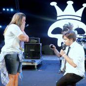 Repórter do 'CQC' fica noivo da namorada durante show do Capital Inicial