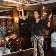 Juliana Knust comemorou recentemente 32 anos com uma festa para amigos em um bar do Rio