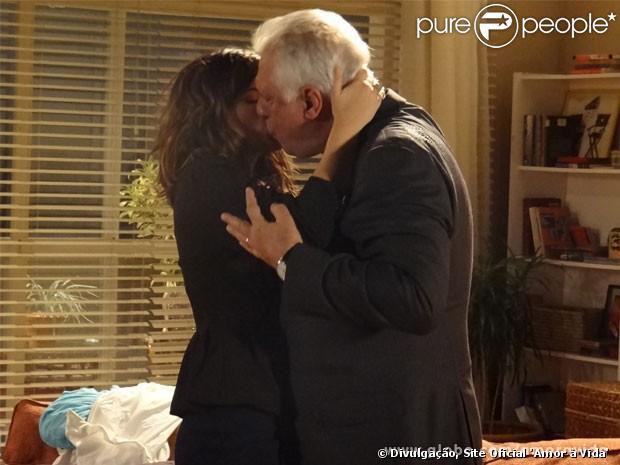 Aline (Vanessa Giácomo) leva César (Antonio Fagundes) para a cama, no episódio que vai ao ar nesta quarta-feira, 12 de junho de 2013