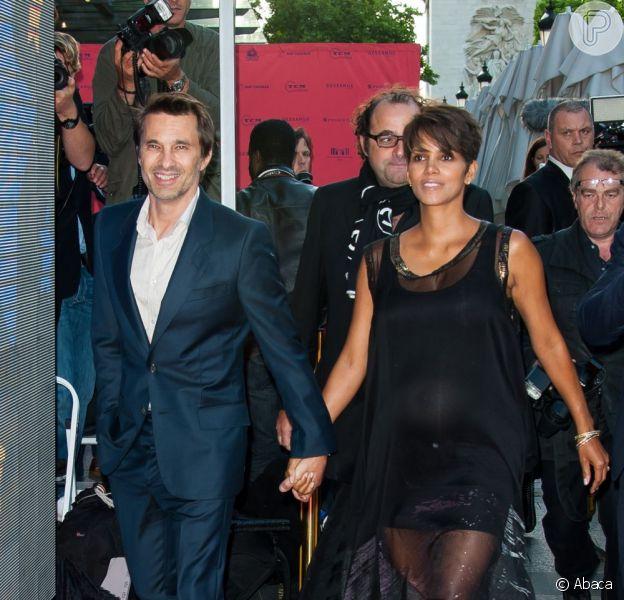 Halle Berry e Olivier Martinez chegam ao Festival Champs-Elysees, em Paris, na França, nesta quinta-feira, 13 de junho de 2013