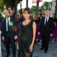 Halle Berry exibiu a barriguinha de cinco meses em um vestido transparente
