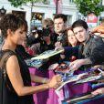 Halle Berry distribuiu autógrafos em Paris