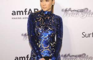 Jennifer Lopez rouba a cena com vestido brilhoso no baile da amfAR em NY