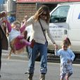 As gêmeas Marion Loretta Elwell e Tabitha Hodge se divertem de mãos dadas com a mãe, Sarah Jessica Parker, enquanto caminham para a escola, na manhã desta quarta-feira, 5 de dezembro de 2012