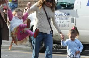 Sarah Jessica Parker leva suas gêmeas ao colégio em Nova York, nos EUA