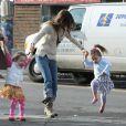 Sarah Jessica Parker brinca com as meninas, que pulam sem parar