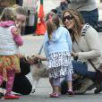 Sarah Jessica Parker para com as filhas Marion Loretta Elwell e Tabitha Hodge, para fazer carinho em um cachorro
