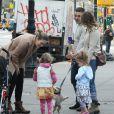 Sarah Jessica Parker leva as filhas gêmeas para a escola