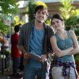 Giane (Isabelle Drummond) e Bento (Marco Pigossi) trabalham juntos na Acácia Amarela, em 'Sangue Bom'