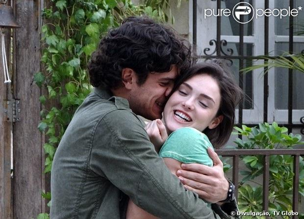 Quando Giane (Isabelle Drummond) muda o visual e começa a ser paquerada por Caio (Thiago Amaral), Bento (Marco Pigossi) fica com ciúmes, em 'Sangue Bom', em julho de 2013