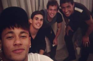 Longe de Bruna Marquezine, Neymar se diverte com amigos após vitória do Brasil