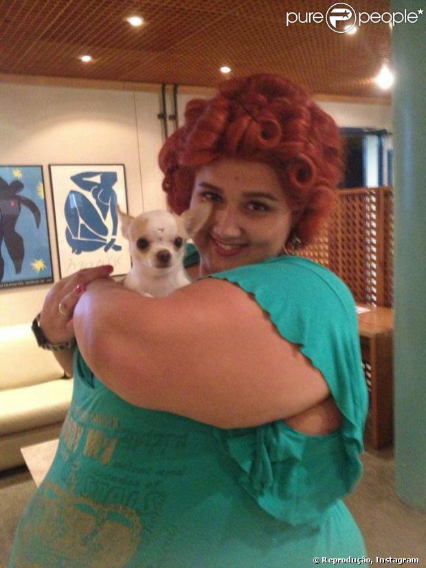Jayla Leonar posa com o cachorro de Dona Redonda nos bastidores na 'Saramandaia'