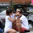 Chandelly espreme a testa do namorado, Humberto Carrão, e o ator faz careta
