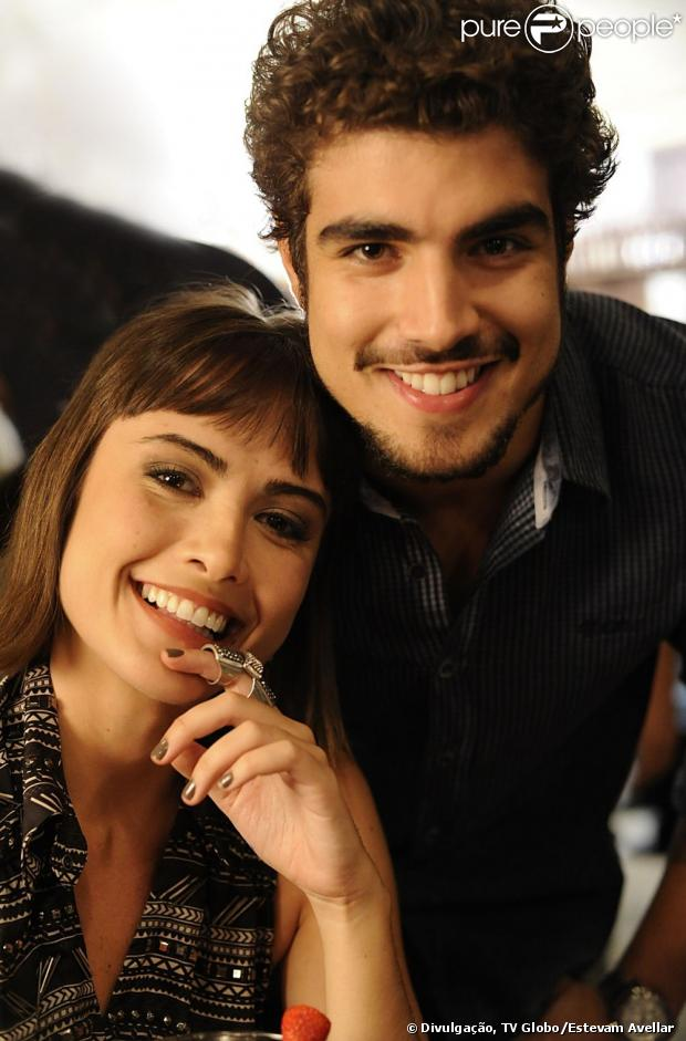 Michel (Caio Castro) dá uma aliança de compromisso a Patrícia (Maria Casadevall) e ela fica emocionada, em 'Amor à Vida', em 8 de julho de 2013