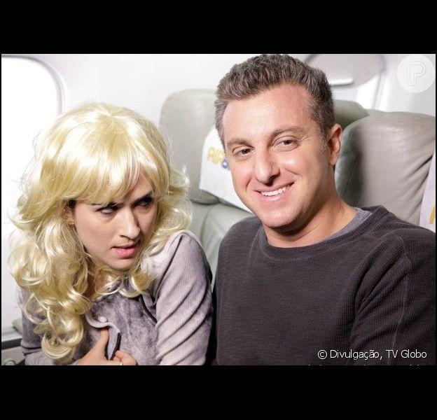 Valdirene (Tatá Werneck) ataca Luciano Huck em um avião, em cena de 'Amor à Vida', em julho de 2013
