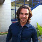 Igor Rickli, o Alberto de 'Flor do Caribe', toca piano e mostra casa à Angélica