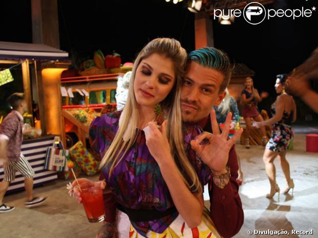 Cada vez mais unidos, Bárbara Evans e Mateus Verdelho se divertem na Festa Dona Xepa, no dia 10 de julho, quando já estavam juntos