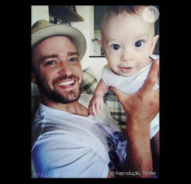 Justin Timberlake posa com o filho, Silas, de cinco meses. A foto foi postada pela rede social do programa 'The Tonight Show with Fallon', na última quarta-feira, 09 de setembro de 2015