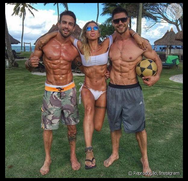 Gabriela Pugliesi confirmou o affair com o modelo e professor de mahamudra Erasmo Viana. Na foto ela aparece também com o ex-BBB Jonas