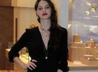 Laura Neiva ostenta joias em lançamento de grife em shopping do Rio