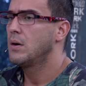 André Marques desfila de salto alto e depila pernas na TV: 'Isso é vacilo'