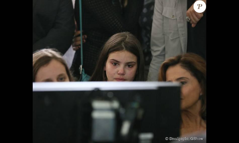 Camila Queiroz se emocionou ao assistir resultado da cena que marca enterro de Carolina (Drica Moraes), sua mãe na novela 'Verdades Secretas'