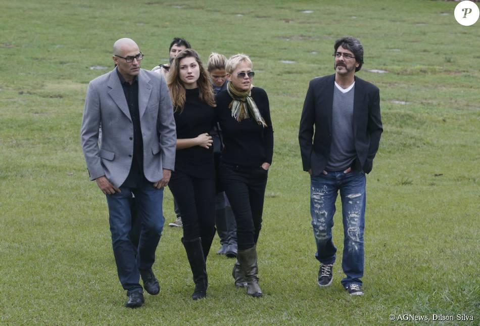 Xuxa, Sasha, Junno Andrade e Luciano Szafir estiveram no cemitério Jardim da Saudade, no Rio de Janeiro, neste domingo, 13 de setembro de 2015