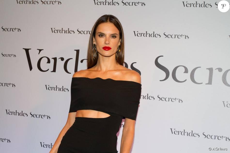 186e65c2d26 Alessandra Ambrosio usou vestido preto com maxi fendas da grife Animale no  lançamento da novela  Verdades Secretas