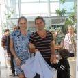 Fernanda Tavares, mulher de Murilo Rosa, optou um um vestido curto e estampado para sair da maternidade com Artur, segundo filho do casal, que já é pai de Lucas, de 5 anos. A família elegeu a cor azul para deixar o local, em novembro de 2012