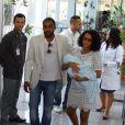 Taís Araújo e Lázaro Ramos também escolheram a cor branca para deixarem a maternidade com o filho, João Vicente, em junho de 2011. A mamãe de primeira viagem escolheu um vestido curto vazado e sapatilhas