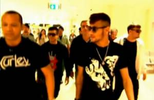 Neymar chega a Barcelona com o pai e amigos e segue direto para sua nova casa