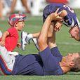 Sempre que podem, John, de 5 anos, e Benjamin, de 3, vão visitar Tom Brady nos treinos de futebol americano