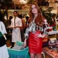 Marina Ruy Barbosa apostou em um look comportado com saia de couro vermelha até os joelhos e uma blusa de seda estampada