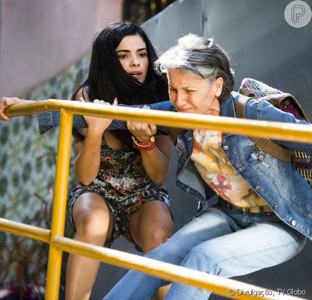 Novela 'A Regra do Jogo': Djanira (Cassia Kis Magro) morre nos braços de Tóia (Vanessa Giácomo) após ser baleada
