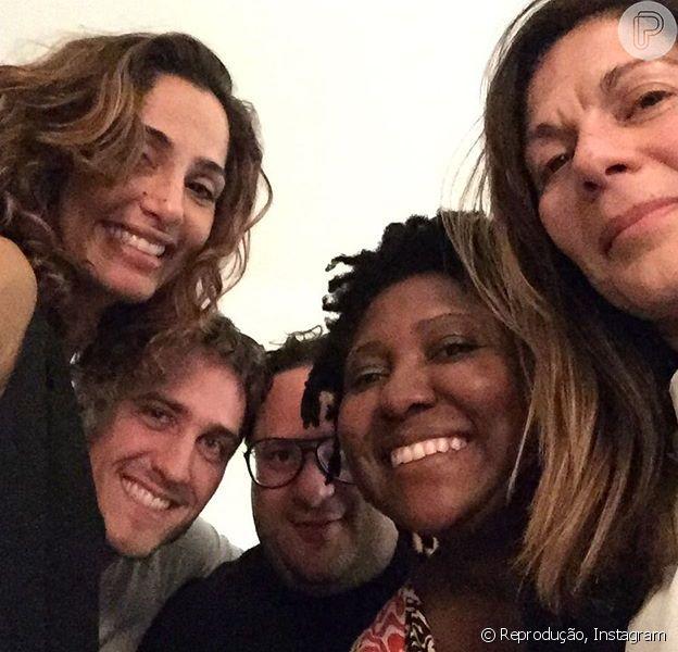 Camila Pitanga finalmente postou fotos com o namorado, Igor Angelkorte, em Paris. 'Gargalhadas a mesa', escreveu a atriz, ao lado do novo amor e amigos neste domingo, 4 de outubro de 2015
