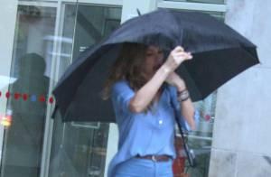 Grazi Massafera enfrenta chuva e vento para encontrar amigos no Rio