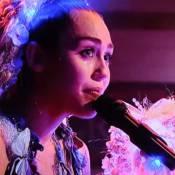 Miley Cyrus toca piano e chora ao cantar em programa de TV. Vídeo!