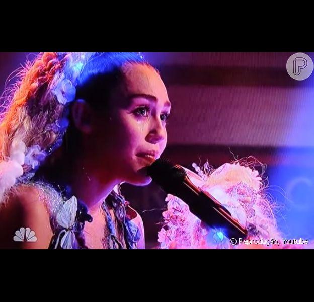 Miley Cyrus chorou ao cantar a música 'Twinkle Song' durante sua apresentação na estreia da nova temporada de 'Saturday Night Live'