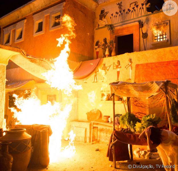 A sétima praga traz uma chuva de bolas de fogo e granizo para o Egito, mas a destruição - gravada há meses - não foi total. 'Temos foto de tudo para colocarmos as coisas de volta no mesmo lugar' explica o coreógrafo Carlos Mariano nesta terça, 6 de outubro de 2015