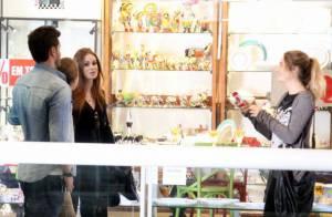 Marina Ruy Barbosa passeia com Klebber Toledo em shopping e casal posa com fãs