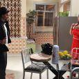 Perséfone (Fabiana Karla) também deu em cima do entregador de pizza, em 'Amor à Vida'