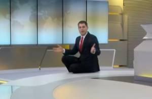 Descontraído, Evaristo Costa surge sentado no chão durante o 'Jornal Hoje'