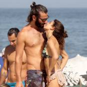 Par de Grazi Massafera em 'Verdades Secretas' curte praia com mulher e filha