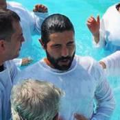 Sandro Pedroso é batizado e Jéssica Costa diz: 'Tem que ser de Deus para casar'