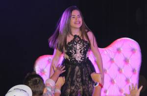 Maisa Silva é tietada por fãs após apresentação de musical em teatro no Rio