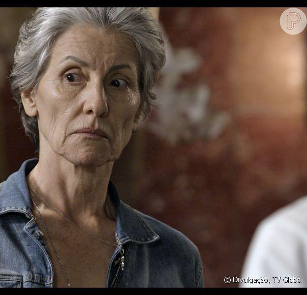 Djanira (Cássia Kis) é baleada durante um tiroteio e a identidade do assassino não é revelada, novela 'A Regra do Jogo', em outubro de 2015