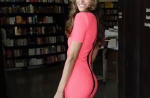 Izabel Goulart escolhe vestido justo e saltão para sessão de autógrafos