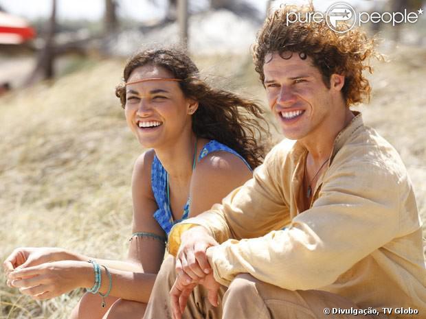 Candinho (José Loreto) e Taís (Débora Nascimento) se tornam par romântico em 'Flor do Caribe', em agosto de 2013