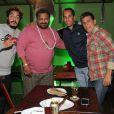 O ex-jogador Edmundo esteve na festa e posou para fotos com os cantores Arlindo Cruz e Marcelo D2 e o anfitrião Eri Johnson